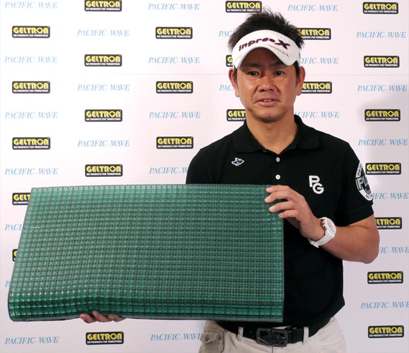 ジェルトロンピローを持つプロゴルファー藤田寛之さん
