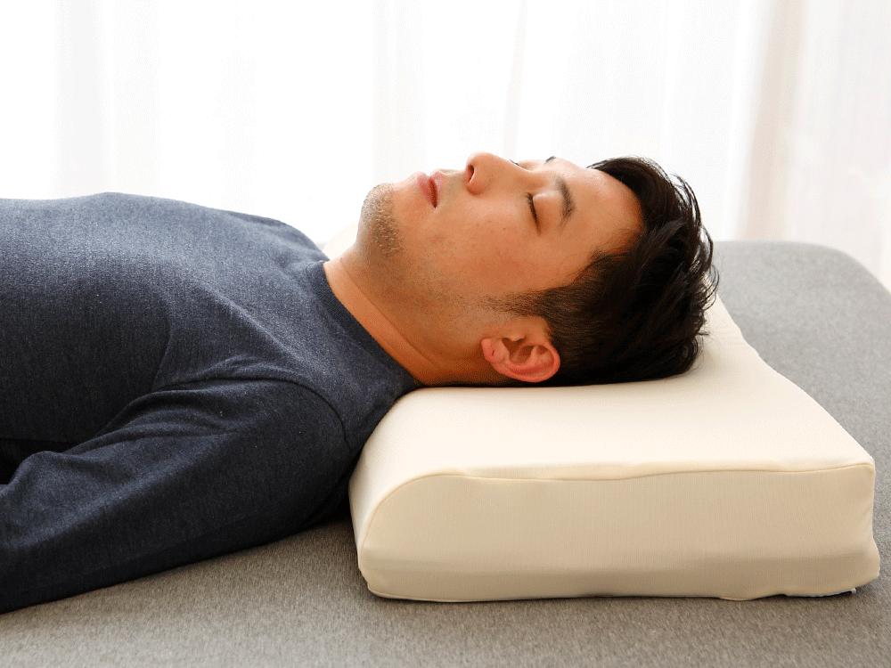 ジェルトロンピローで眠る男性